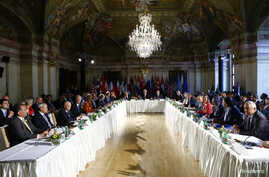 Russian Foreign Minister Sergei Lavrov (L), U.S. Secretary of State John Kerry (C) and United Nations special envoy on Syria Staffan de Mistura (R) attend the ministerial meeting on Syria in Vienna, Austria, May 17, 2016.
