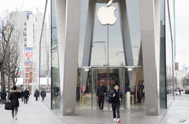 Customers leave the Apple store in the Brooklyn borough of New York, Jan. 3, 2019. Apple's shock warning that its Chinese sales are weakening ratcheted up concerns about the world's second-largest economy and weighed heavily on global stock markets a...