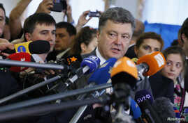"FILE - Ukrainian President Petro Poroshenko (C), a presidential candidate at the time, speaks to journalists in Kyiv, May 25, 2014. Recently, Poroshenko has raised eyebrows urging journalists not to write ""negative articles about Ukraine."""