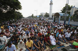 FILE - Thousands of Filipino Muslims take part in morning prayers during Eid al-Fitr celebration, marking the end of Ramadan, the holiest month in the Islamic calendar, along a road outside Blue Mosque in Taguig, Metro Manila, August 9, 2013.