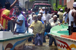 Stranded Sri Lankan flood victims wait to be evacuated at Wehangalla village in Kalutara district, Sri Lanka, May 27, 2017. Sri Lanka appealed for outside help as dozens were killed in floods and mudslides and dozens others went missing.
