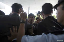 Police stop student protesters as they rush to meet Chief Executive Leung Chun-ying at government headquarters in Hong Kong, Sept. 23, 2014.