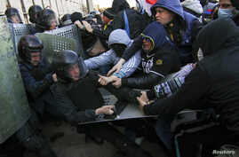 Pro-Russia protesters (R) scuffle with the police near the regional government building in Donetsk, April 6, 2014.