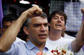 Peruvian presidential candidate Julio Guzman greets supporters during a rally at a market in the San Juan de Lurigancho district of Lima, Jan. 20, 2016.