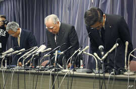 Suzuki Motor Corp. Chairman and Chief Executive Osamu Suzuki, center, bows with president Toshihiro Suzuki, right, and vice president Osamu Honda during a press conference in Tokyo, Wednesday, May 18, 2016.