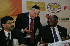 Reuven Kaufman President of the Diamond Dealers Club of New York (C) talks with Zimbabwean Minister of Mines and Mining Development Obert Mpofu (R) during the Zimbabwean Diamond Conference, Victoria Falls, November 13, 2012.