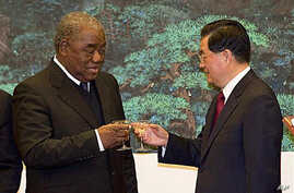 Zambian President Rupiah Banda, left, toasts with Chinese President Hu Jintao after a signing ceremony for a wide range of mining, trade and cultural agreements, at the Great Hall of the People in Beijing, China, Feb. 25, 2010 (file photo)