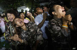 Thai people cry after Royal Palace's announcement outside Siriraj Hospital where King Bhumibol Adulyadej was being treated, in Bangkok, Thailand, Thursday, Oct. 13, 2016.