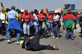 Civil servants workers protest outside the Natalaspruit hospital demanding better salary increases in Johannesburg, 18 Aug 2010, after the Unions rejected the government's offer