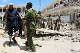 Security forces assist Abdalla Boss, a Somali Member of Parliament who was wounded following a car bomb claimed by al Shabaab Islamist militants outside the president's palace in the Somali capital of Mogadishu, August 30, 2016.