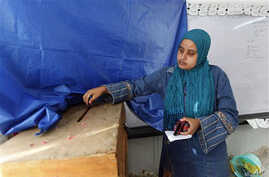 An Egyptian woman casts her vote at a polling station in Alexandria, 10 Nov 2010