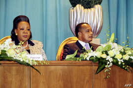 Congo's President Denis Sassou Nguesso (R) and Central African Republic President Catherine Samba Panza (L) attend talks gathering key players in the Central African conflict, July 21, 2014, in Brazzaville, to end more than a year of sectarian bloods