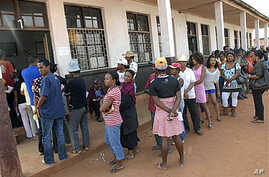 Madagascans line up to cast their votes in a referendum in Antananarivo, 17 Nov 2010