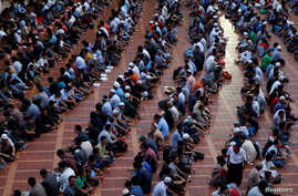 Indonesian Muslims wait to break their fast during the holy month of Ramadan inside Istiqlal mosque in Jakarta, June 9, 2016.