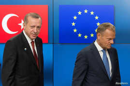 Turkish President Recep Tayyip Erdogan (L) stands with European Council President Donald Tusk before a meeting at the European Council in Brussels, Belgium, May 25, 2017.