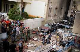 Soldiers inspect damage at scene of the explosion in the mostly Christian neighborhood of Achrafiyeh, Beirut, Lebanon, October 19, 2012. (Jeff Nuemann/VOA)