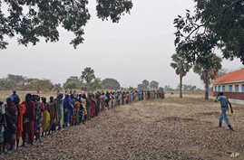 Returnees from north Sudan wait in line for World Food Program staff to start distributing food in Wanjak near Aweil in the northern Bahr el Ghazal state in south Sudan, Dec 30, 2010