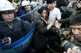 Students protesting against a China Taiwan trade pact are forced by riot police to leave the government Cabinet buildings in Taipei, Taiwan, March 24, 2014.