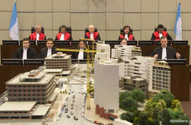 Judges (top row, L-R) Walid Akoum, Janet Nosworthy, David Re, Micheline Braidi and Nicola Lettier preside over the courtroom of the Special Tribunal for Lebanon in The Hague, The Netherlands, Jan. 16, 2014.