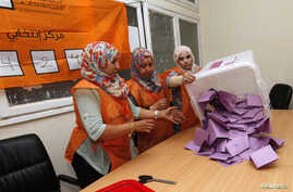 Electoral workers prepare to count ballots after polling stations closed in Tripoli June 25, 2014. Less than a third of Libyan voters had gone to the polls by late afternoon on Wednesday in a parliamentary election overshadowed by violence.