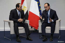 FILE - French President Francois Hollande (R) and Egypt's President Abdel-Fattah el-Sissi hold a bilateral meeting during the opening day of the World Climate Change Conference 2015 (COP21) at Le Bourget, near Paris, France, November 30, 2015.