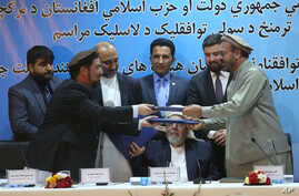Afghanistan Peace Deal: Amin Karim, representative of Gulbuddin Hekmatyar, right, and Attaurahman Saleem, head of delegation of peace talks, left, exchange documents after signing a peace deal in Kabul, Afghanistan, Thursday, Sept. 22, 2016.