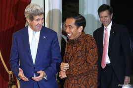 U.S. Secretary of State John Kerry, left, meets with Indonesia's new President Joko Widodo at the presidential palace in Jakarta, Oct. 20, 2014.