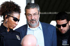 Antonio Palocci (C), former finance minister and presidential chief of staff in recent Workers Party (PT) governments, is escorted by federal police officers as he leaves the Institute of Forensic Science in Curitiba, Brazil, Sept. 26, 2016.