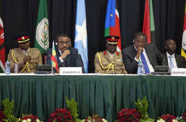 Kenya's President Uhuru Kenyatta, right, and Ethiopia's PM Hailemariam Desalegn and the Chairman of the IGAD Assembly of Heads of State and Government, left, listen to speeches during  the special summit, in Nairobi, March 25, 2017.