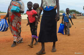 A South Sudan refugee family arrives at the UNHCR managed refugees reception point at Elegu, within Amuru district of the northern region near the South Sudan-Uganda border, Aug. 20, 2016.
