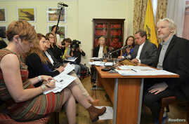 WikiLeaks founder Julian Assange (R) listens as Ecuador's Foreign Affairs Minister Ricardo Patino (2nd R) speaks, during a news conference at the Ecuadorian embassy in central London August 18, 2014. Assange, who has spent over two years inside Ecuad