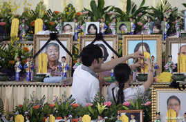 Relatives of passengers onboard the crashed TransAsia Airways plane offer joss sticks to the deceased at a funeral parlor on Taiwan's offshore island of Penghu, July 24, 2014.