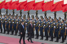 Australian Prime Minister Malcolm Turnbull, center right, walks with Chinese Premier Li Keqiang, during a welcome ceremony outside the Great Hall of the People in Beijing, China, April 14, 2016.