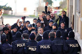 Journalists Nedim Sener (C) and Ahmet Sik (facing camera, 3rd L) wave upon arrival at a courthouse in Istanbul, March 5, 2011