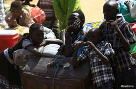 South Sudanese fleeing an attack on the South Sudanese town of Rank, wait with their belongings after arriving at a border gate in Joda, along the Sudanese border, April 19, 2014.