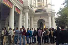 The snaking lines for cash in India are prompting some people to opt for online transactions. (A. Pasricha/VOA)