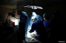 Doctors treat a patient during a pilot of an Israeli-developed photodynamic therapy to kill prostate cancer tumors in patients, at an operating room in Ramat Aviv Medical Center's Urology department in Tel Aviv, Israel, May 5, 2016.