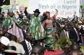 Nigeria's President Goodluck Jonathan (C) leaves a rally w