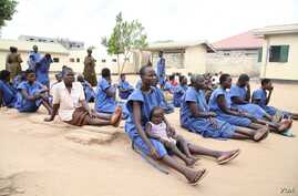 """The women's side of Juba prison, holds 75 female inmates, including 11 """"lunatics"""" and 10 children, and there are over 1 000 packed into squalid cells on the men's side. (VOA/Hannah McNeish)"""