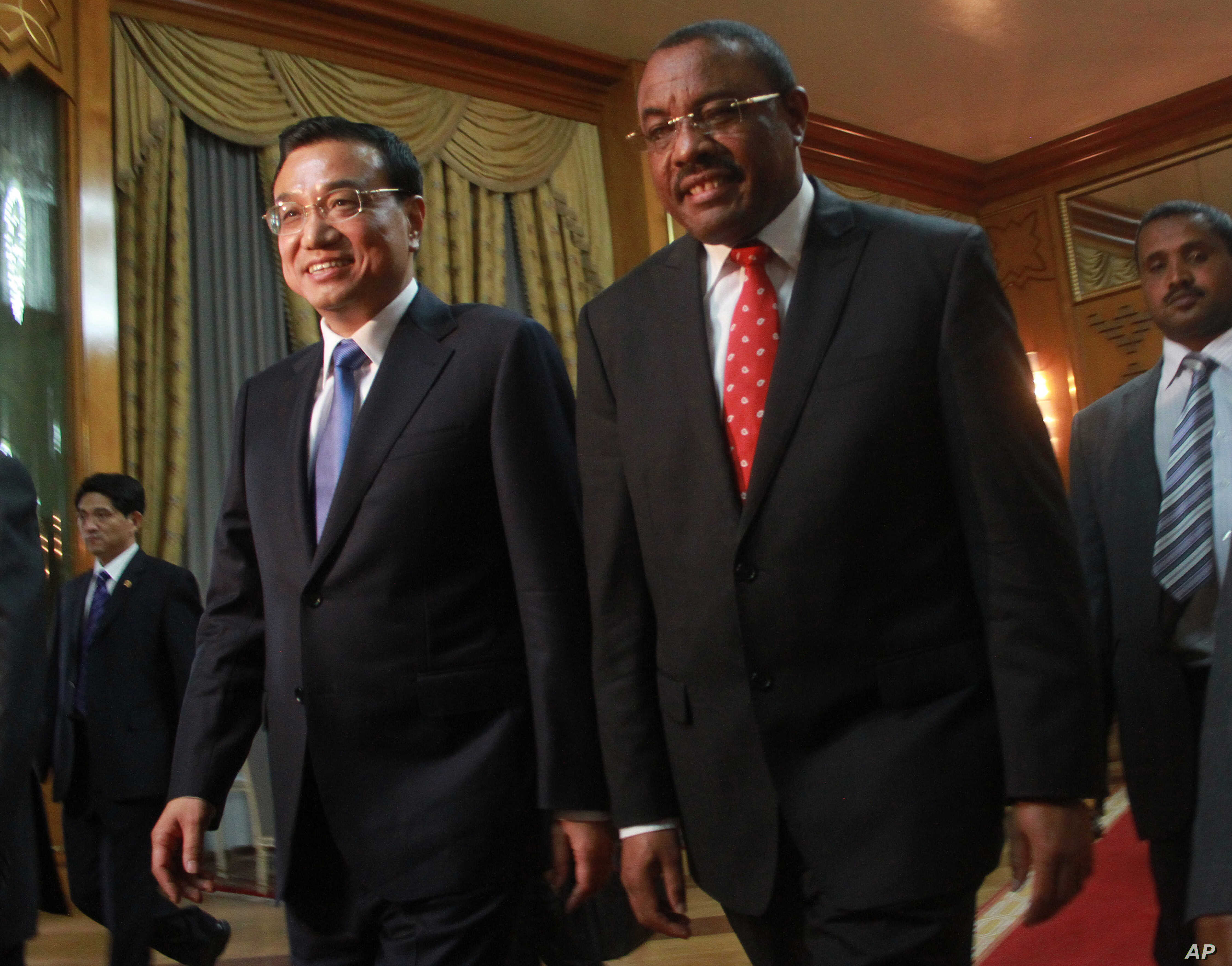 Chinese Premier Li Keqiang, left, is welcomed by Ethiopian Premier Hailemariam Desalegn at the Ethiopian Presidential Palace, in Addis Ababa, Ethiopia, May 4, 2014.