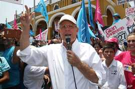 "Presidential candidate Pedro Pablo Kuczynski, of the ""Peruanos por el Kambio"" political party, addresses supporters while campaigning in the Pachacamac neighborhood on the outskirts of Lima, Peru, March 13, 2016."