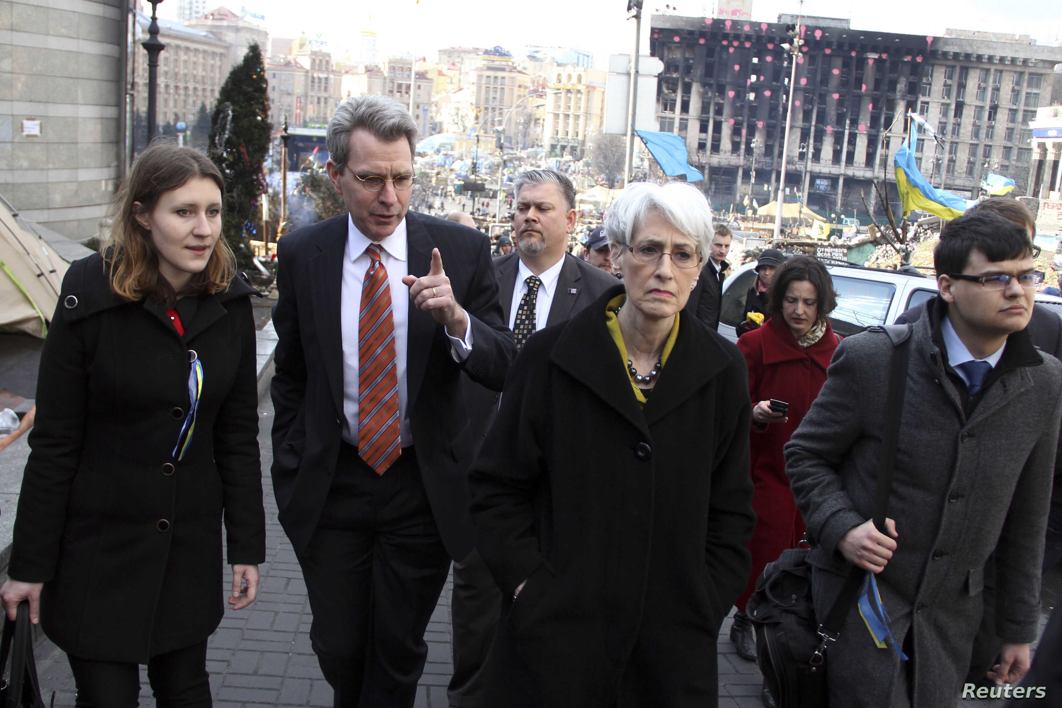 U.S. Under Secretary of State for Political Affairs Wendy Sherman (C) visits Independence Square in Kyiv, March 20, 2014.