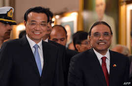 Chinese Premier Li Keqiang (L) and Pakistani President Asif Ali Zardari (R) leave after a signing of agreements ceremony at the presidential palace in Islamabad on May 22, 2013.