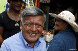 Peruvian presidential candidate Cesar Acuna (C) greets supporters during a rally at a market in Brena district of Lima, Jan. 25, 2016.