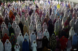 Indonesian Muslim women offer an evening prayer on the eve of the holy fasting month of Ramadan at a mosque in Bali, Indonesia, June 5, 2015. Muslims around the world will start observing Ramadan, the holiest month in Islamic calendar this week.