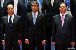 French President Francois Hollande (L), Bulgarian President Rosen Asenov Plevneliev (C) and Vietnam's Prime Minister Nguyen Tan Dung join other leaders for the opening ceremony of the ASEM Summit in Vientiane November 5, 2012.