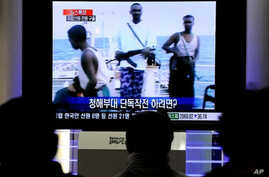 South Koreans in Seoul watch TV news about South Korean navy military operation against Somali pirates in the Indian Ocean, 21 Jan 2011