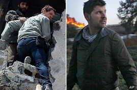 A combo picture shows British photographer Tim Hetherington (R) climbing from a building in Misrata, Libya, on April 20, 2011 and US Getty photographer Chris Hondros walking in Misrata on April 18, 2011
