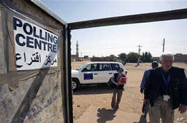 Unidentified observers of the European Union Election Observation Mission for the Southern Sudan Referendum arrive at a polling center in the city of Um Durman, Sudan, 10 Jan 2011