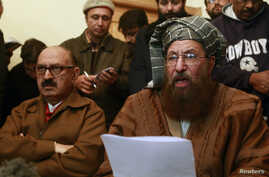 Maulana Sami ul-Haq (R), one of the Taliban negotiators, reads a joint statement with Irfan Siddiqui, a government negotiator, during a news conference in Islamabad, Feb. 6, 2014.